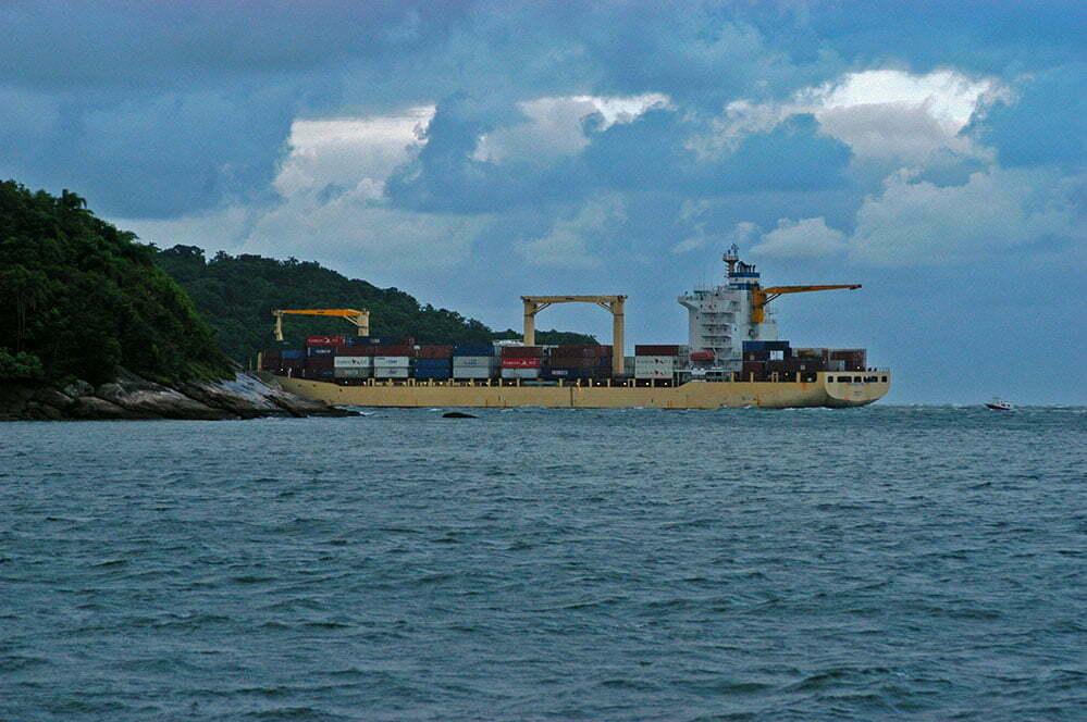 imagem de navio ainda da barra de Paranaguá