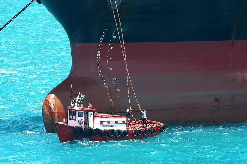 imagem de atracação de navio no porto ilha