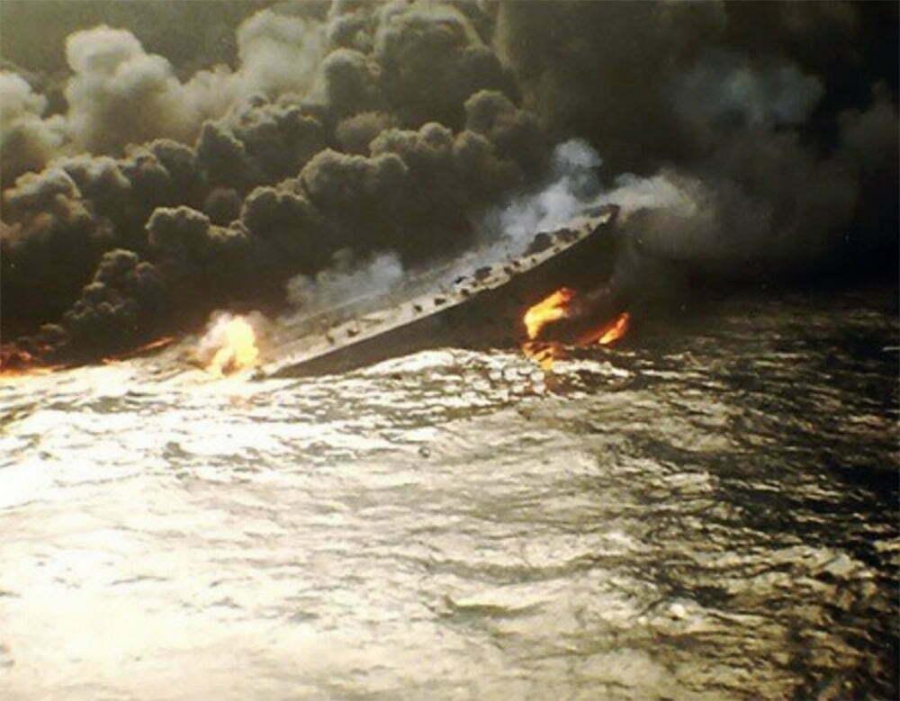 imagem do navio ABT Summer que sofreu uma explosão e pegou fogo