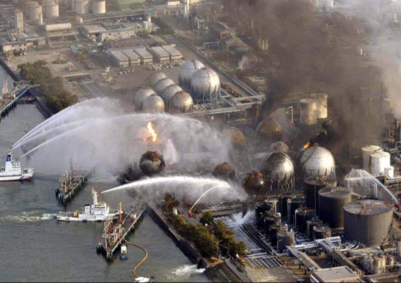 imagem de barcos resfriando os reatores depois do desastre de Fukushima