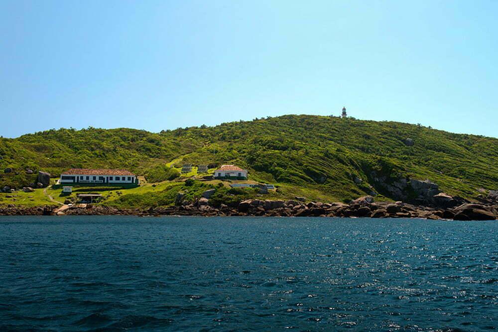 imagem da base da marinha do Brasil na ilha dos Arvoredos