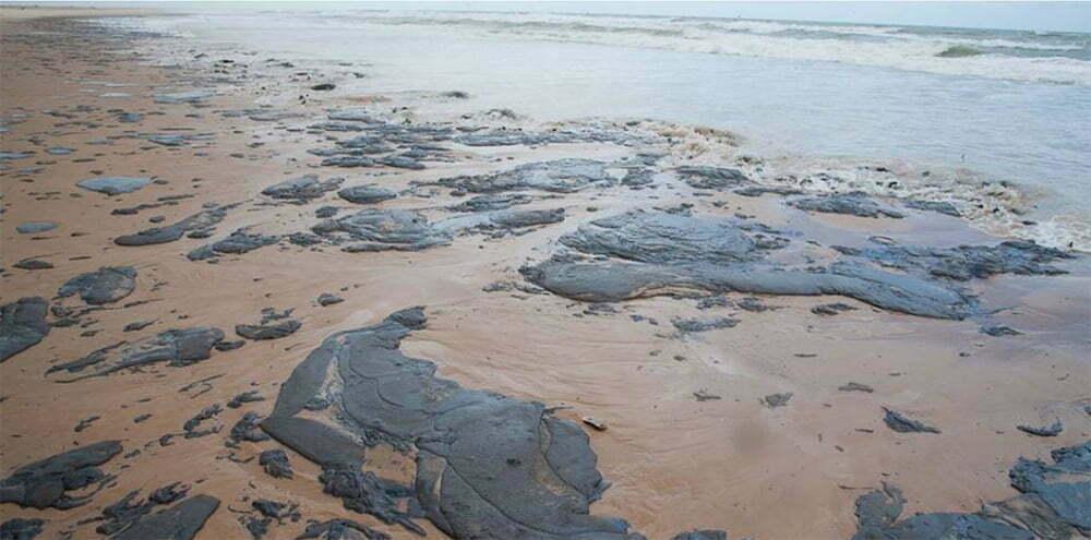 imagem de óleo no litoral