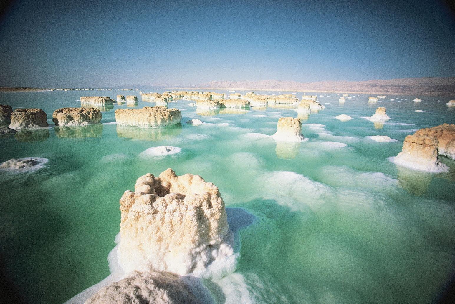 imagem de ilhas de sal no mar Morto