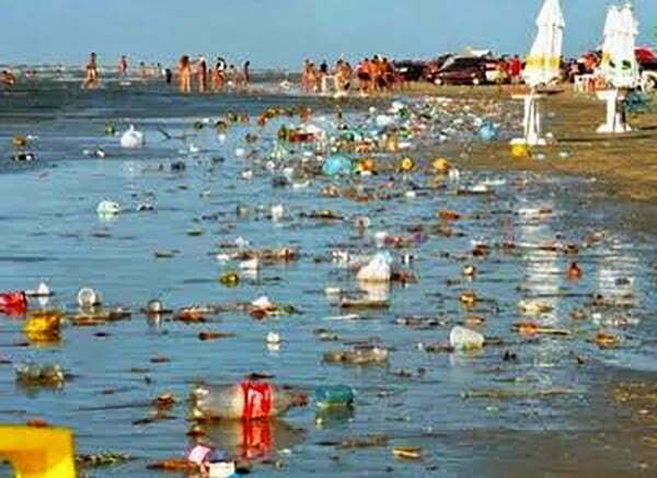 imagem de lixo na praia do Atalaia, Pará