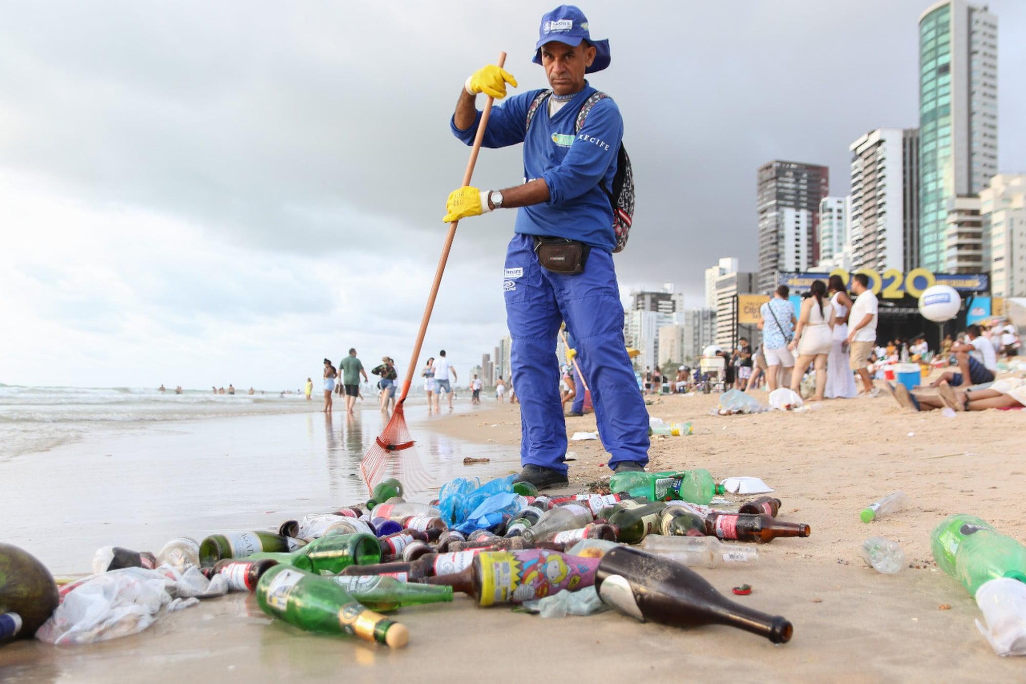 imagem de gari limpando praia em Recife