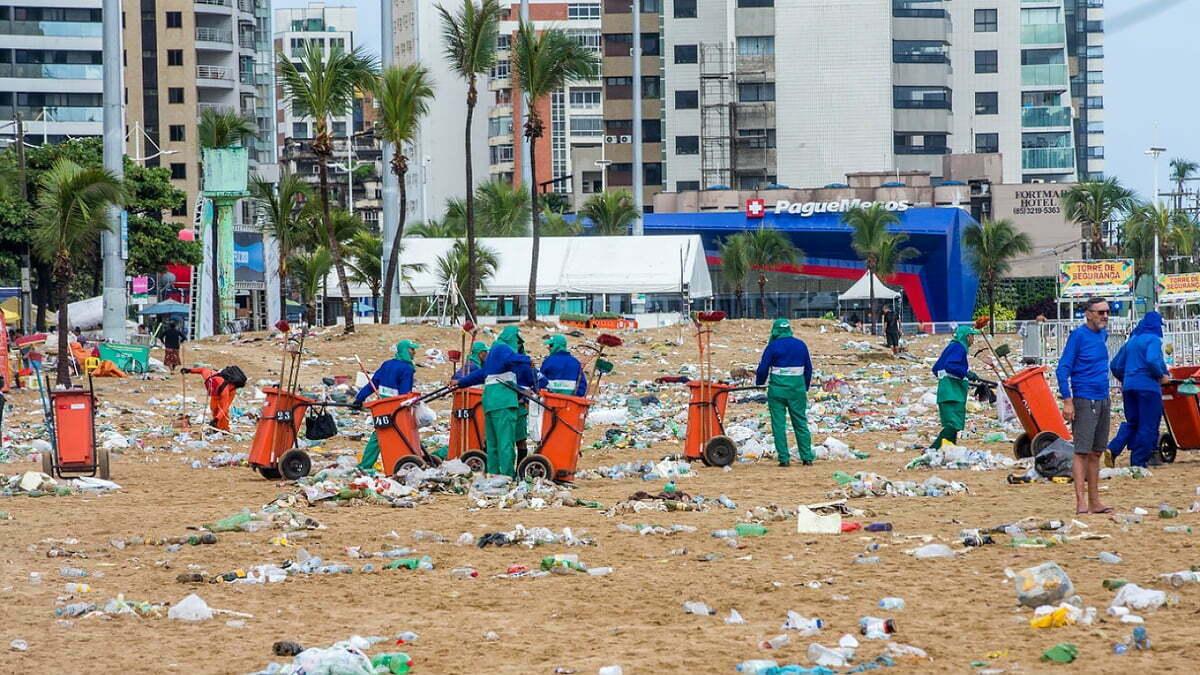 imagem de garis limpando praia de Iracema, Fortaleza.