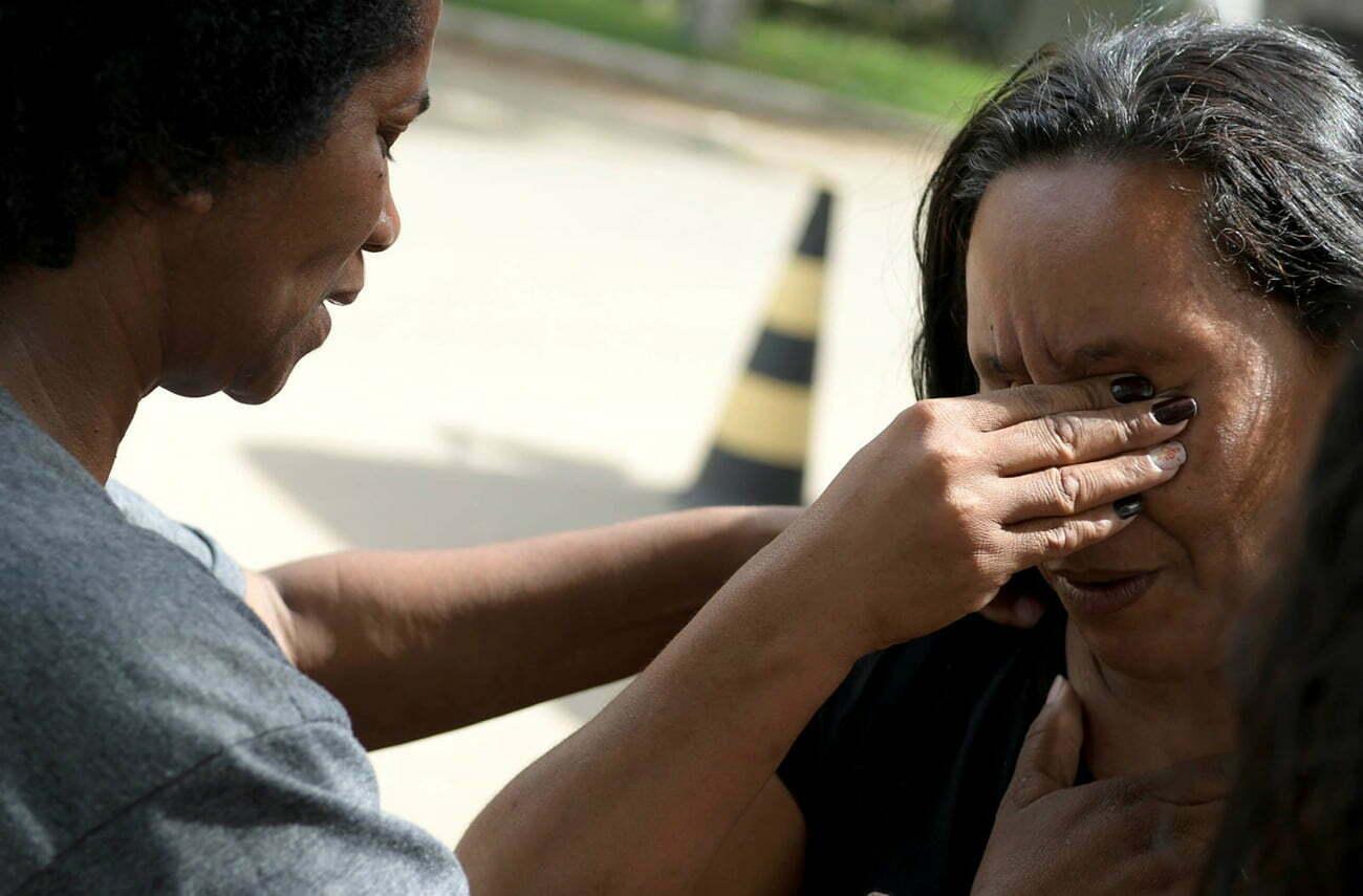 Imagem de mulher chorando em Brumadinho