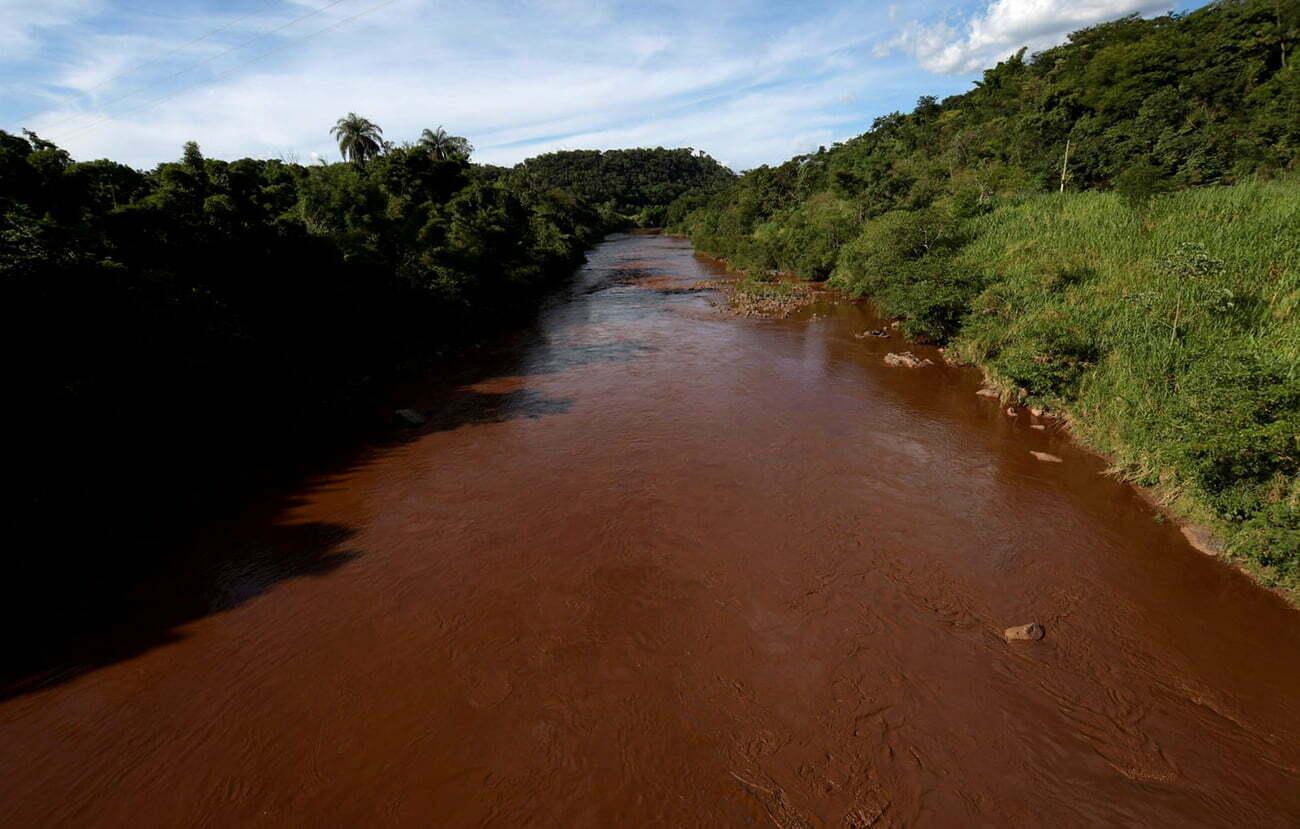 imagem do rio Paraopeba poluído