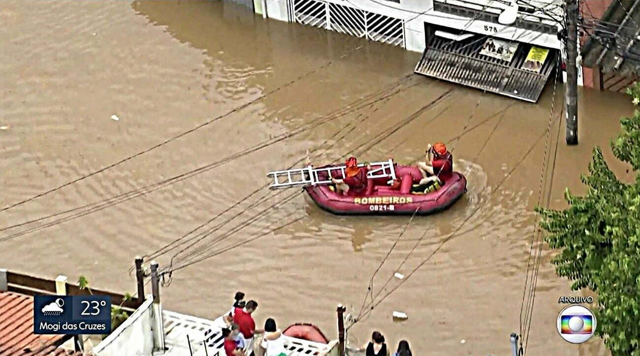 Imagem de bote dos bombeiros em Sao Paulo