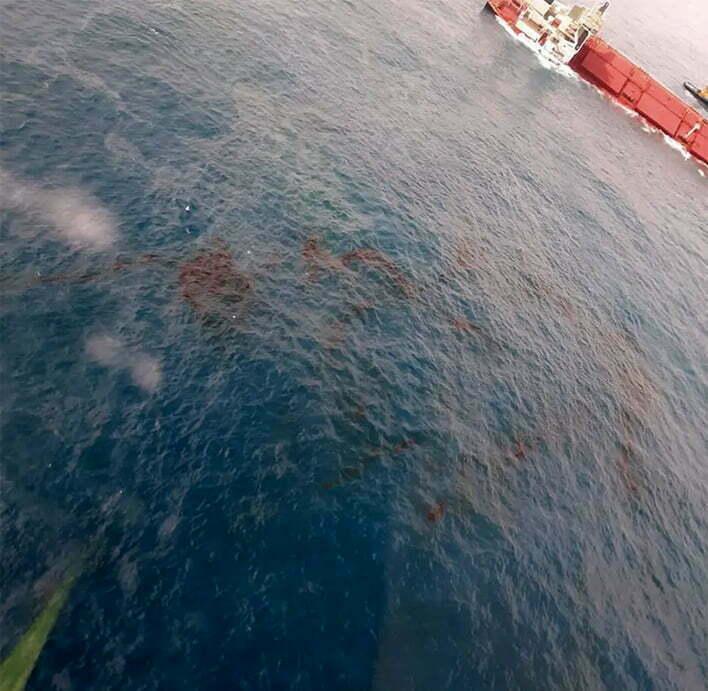 imagem de navio encalhado e manchas de óleo