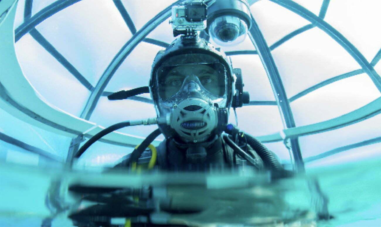 imagem de mergulhador em estufa debaixo d'água