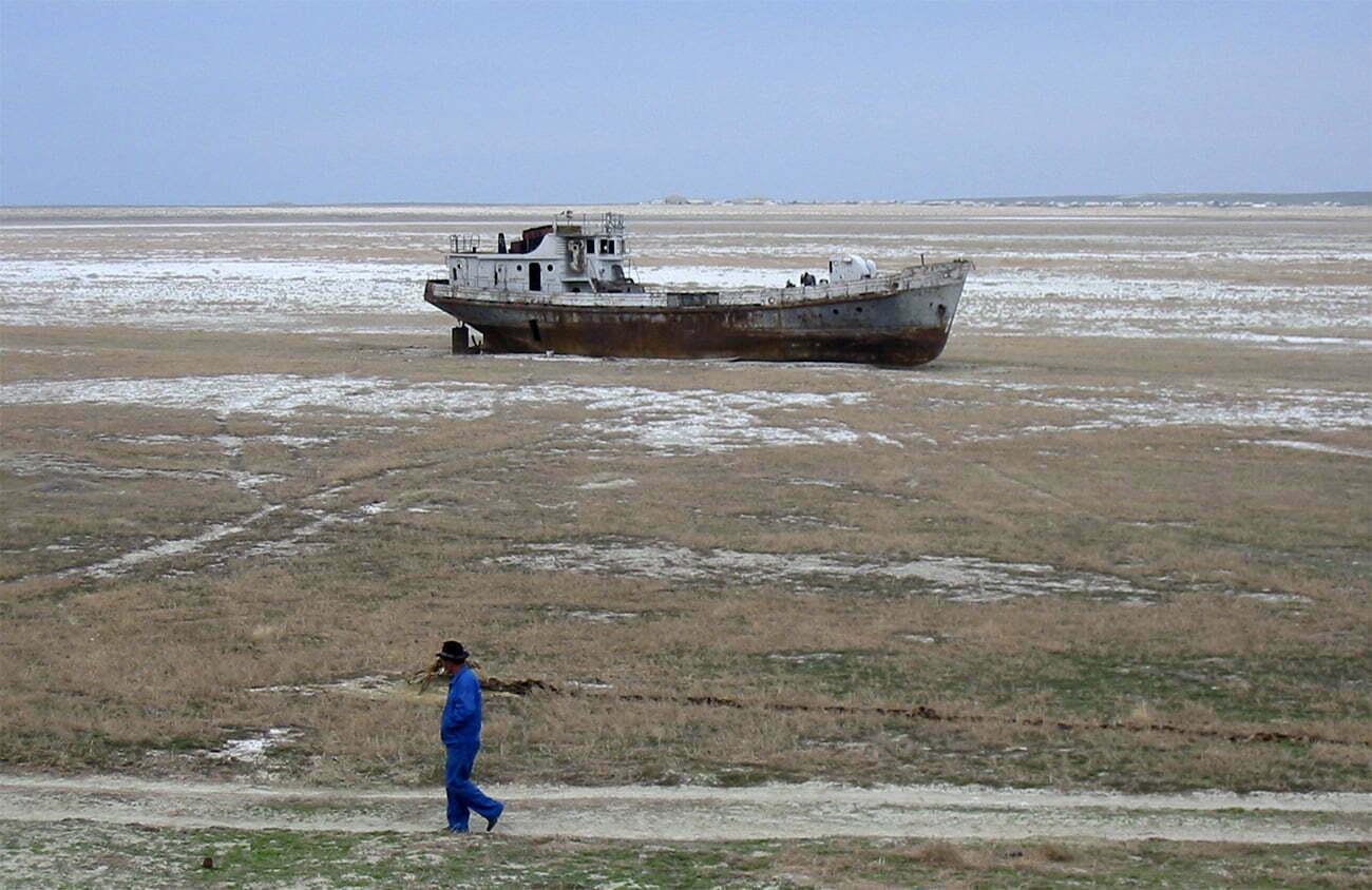 imagem de barco de pesca no leito seco do mar de Aral