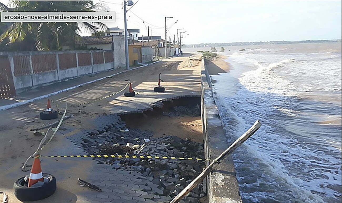 imagem de praia em Nova Almeida comida pelo aquecimento global