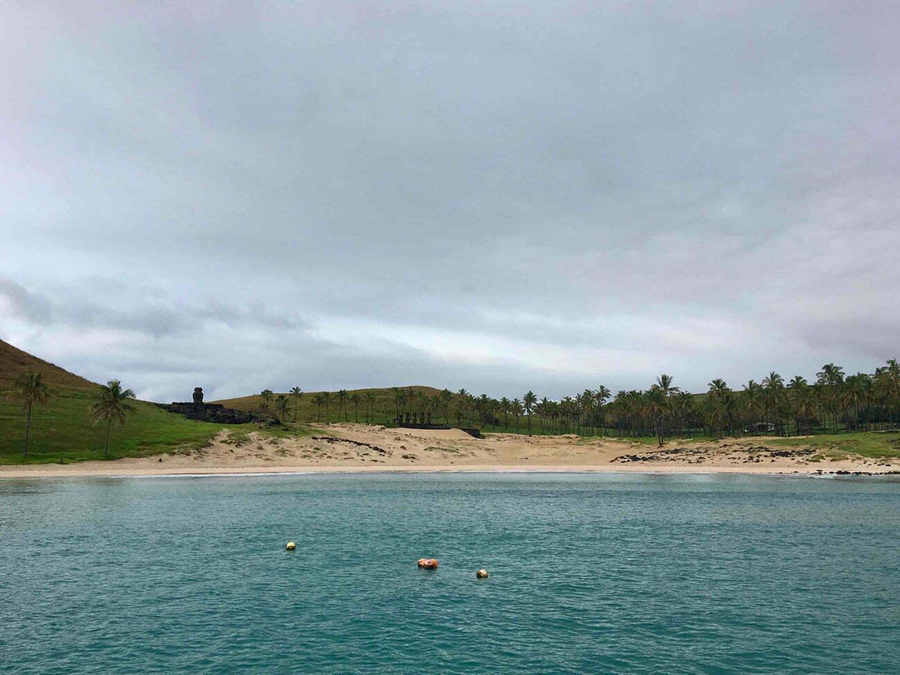 imagem da praia anakena, em Rapa Nui