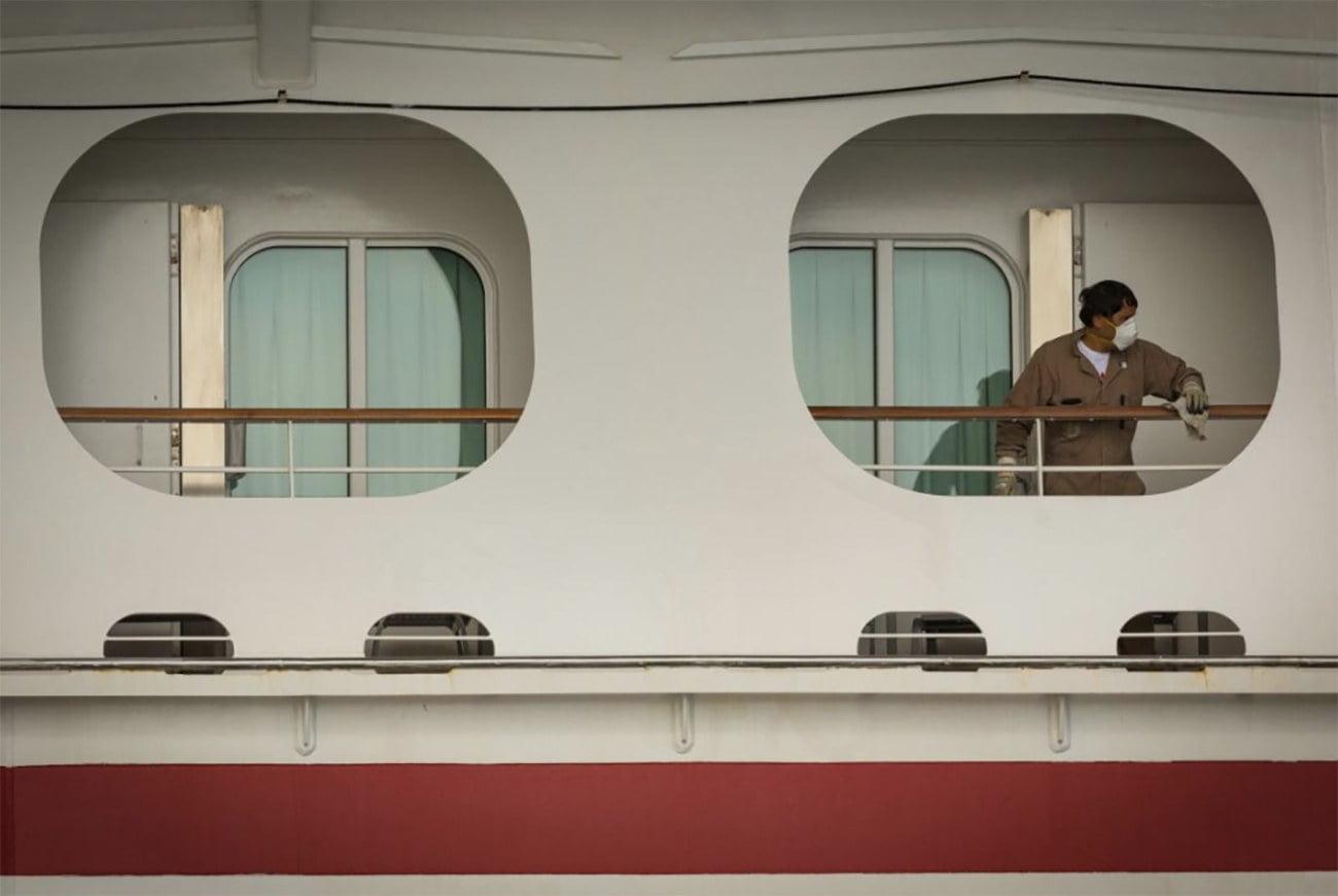 imagem de passageiro com máscara em navio