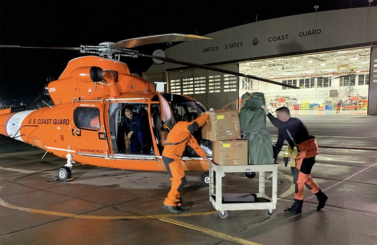 Imagem de resgate a navio por helicóptero