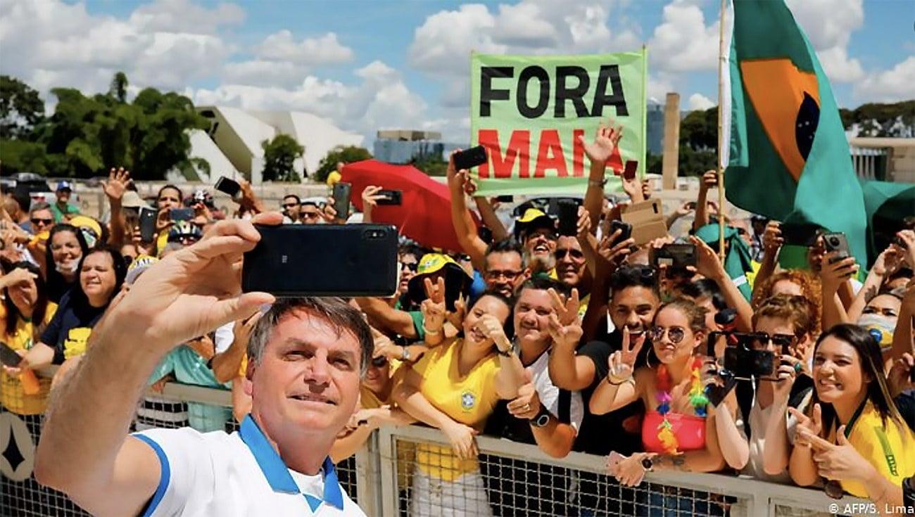 imagem Bolsonaro em aglomeração pública