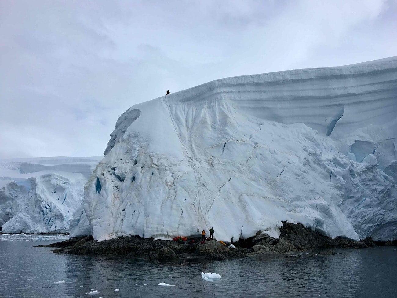 imagem de escaladores na Antártica