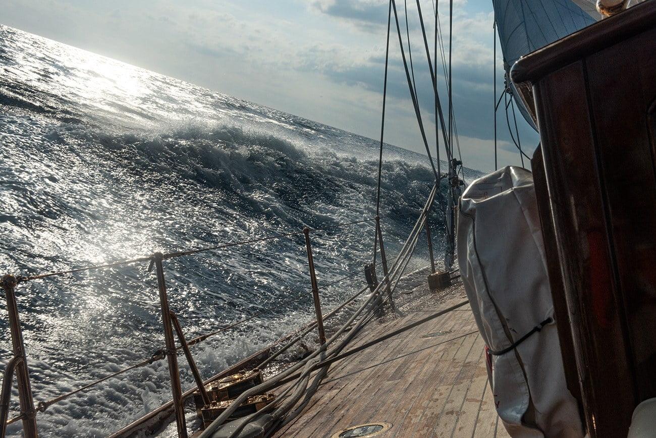 imagem de veleiro adernado no mar
