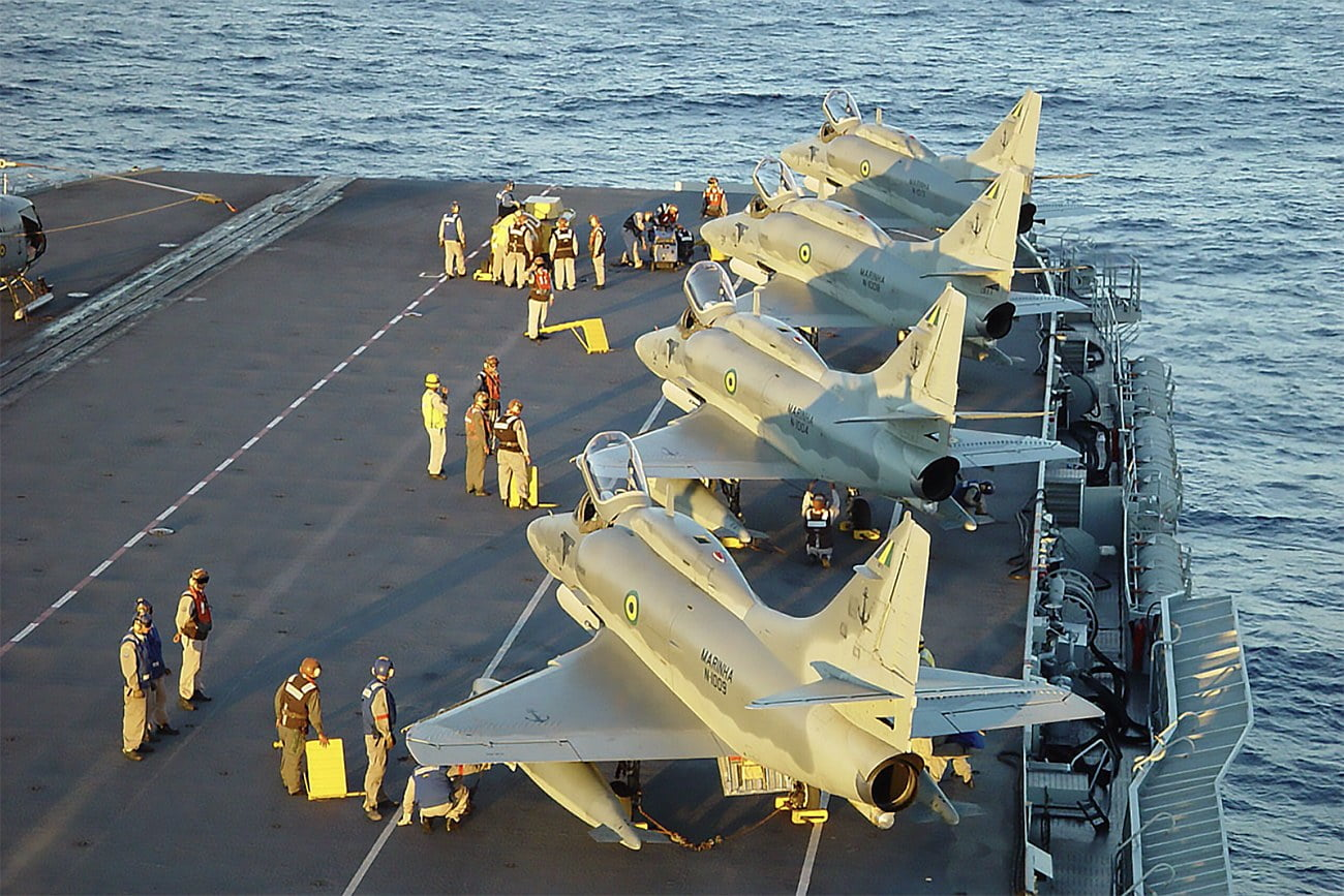 imagem de aviões em navio de guerra