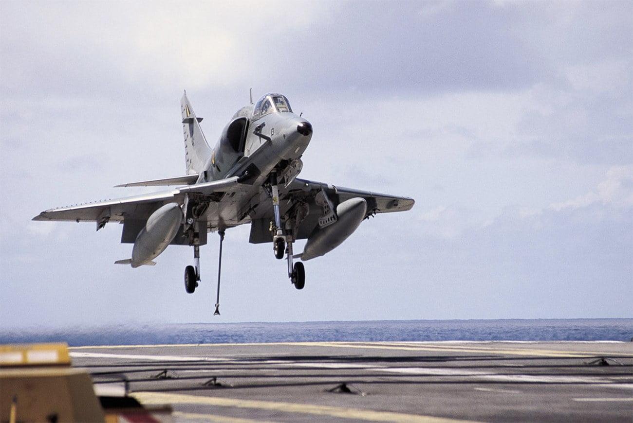 imagem de avião pousando em porta-aviões