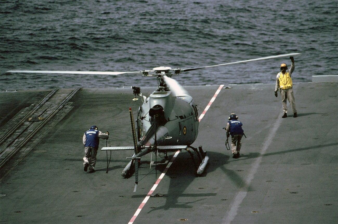 imagem de helicóptero em porta-aviões