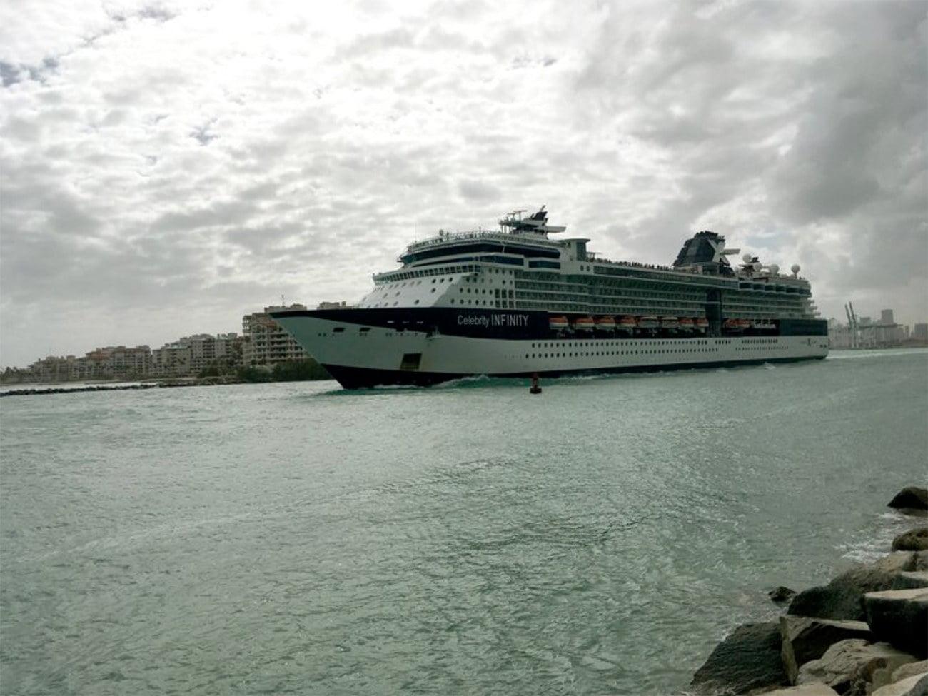 imagem de navio saindo do porto