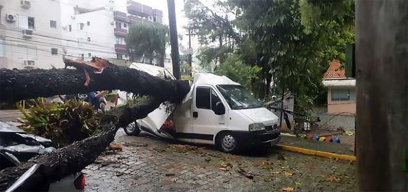 imagem de carro destruído em Santa Catarina