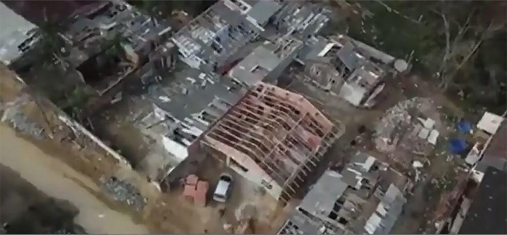 imagem de casas destelhadas