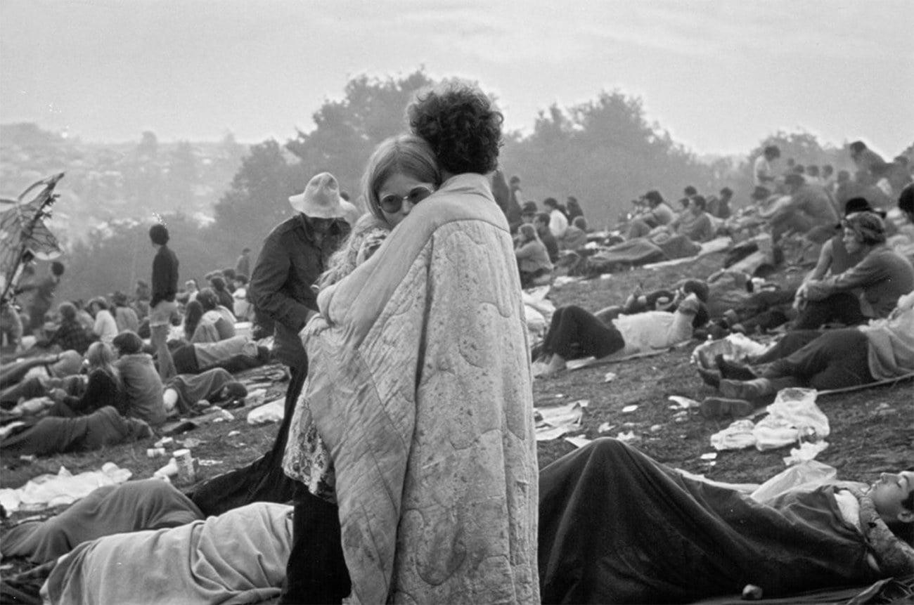imagem de casal se abraçando no Festival de Woodstock