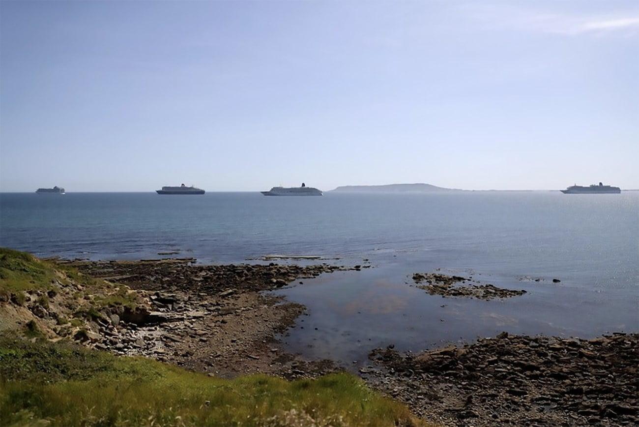 imagem de navios de cruzeiros parados ao largo