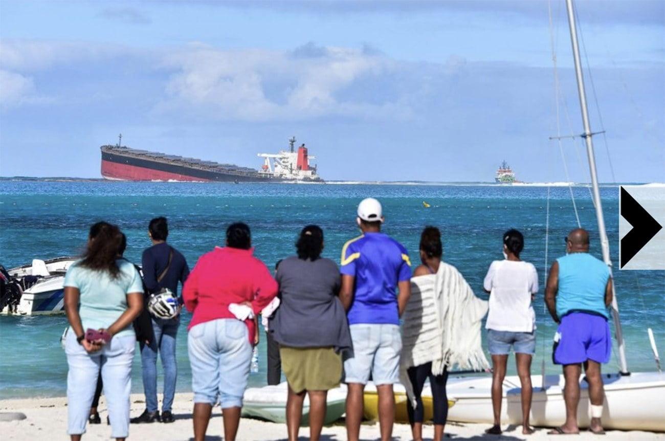 imagem do navio MV Wakashio encalhado