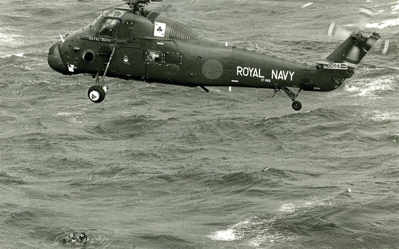 imagem de resgate de helicóptero para veleiro