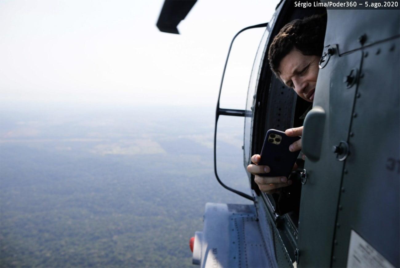 imagem de Ricardo Salles em helicóptero na Amazônia