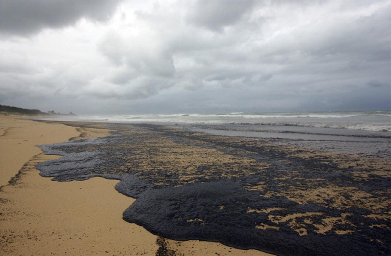 imagem de praia poluída nas Ilhas Maurício