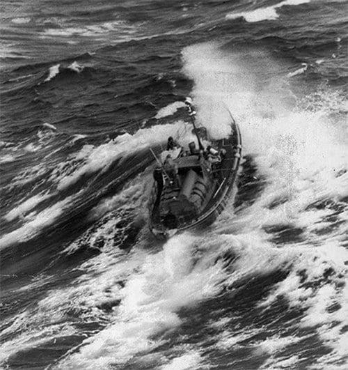 imagem de veleiro avariado em regata