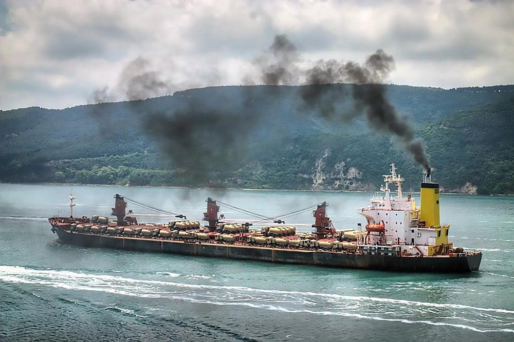 imagem de navio soltando fumaça pela chaminé