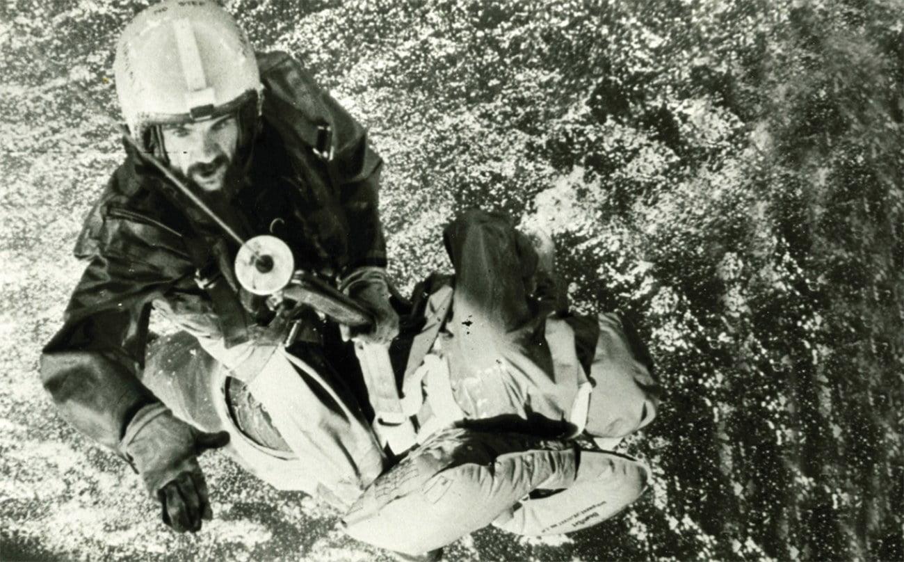imagem de resgate por helicóptero na regata Fastnet Race