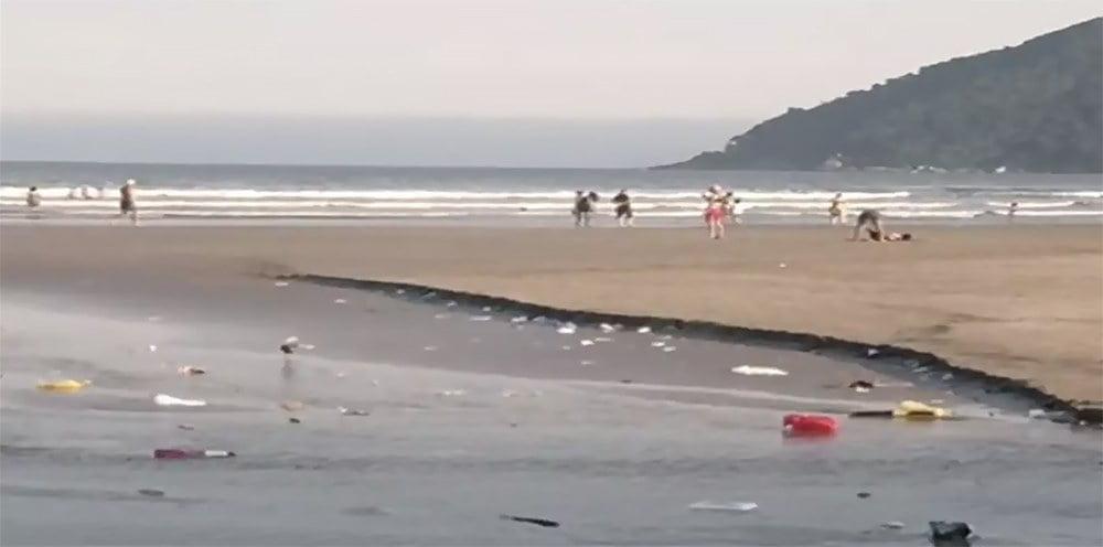 imagem da praia de Bertioga imunda