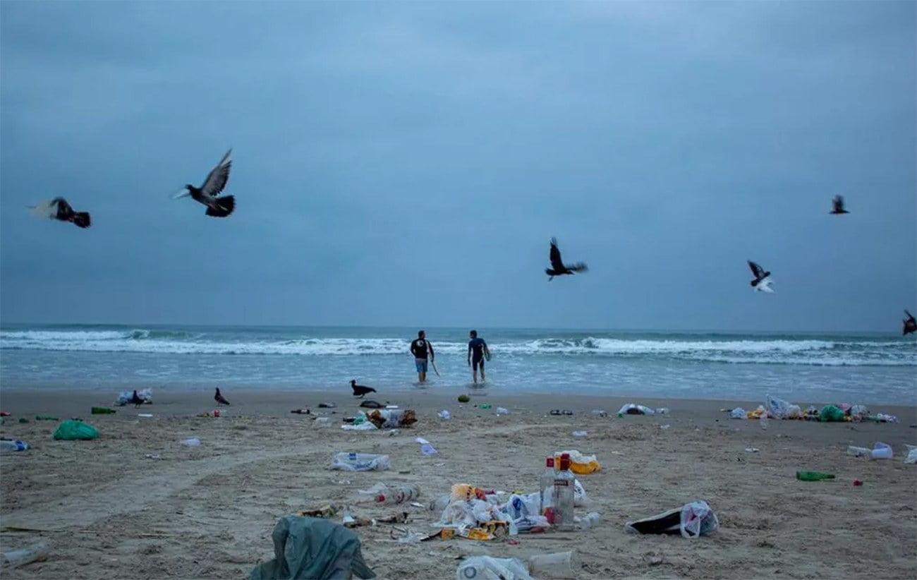imagem de lixo em praia de Ubatuba