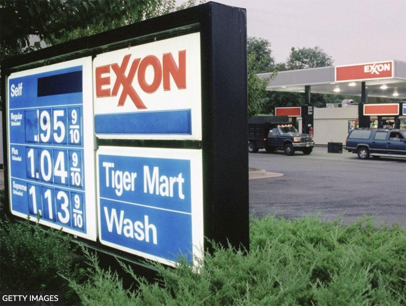 Imagem de posto de combustível da Exxon.