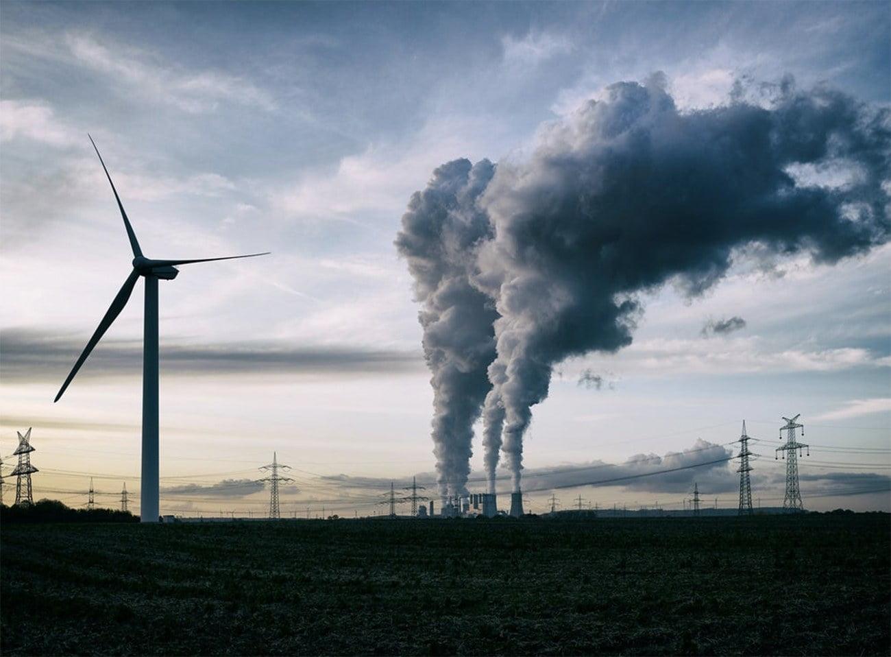 imagem de energia eólica versus queima de combustível fóssil