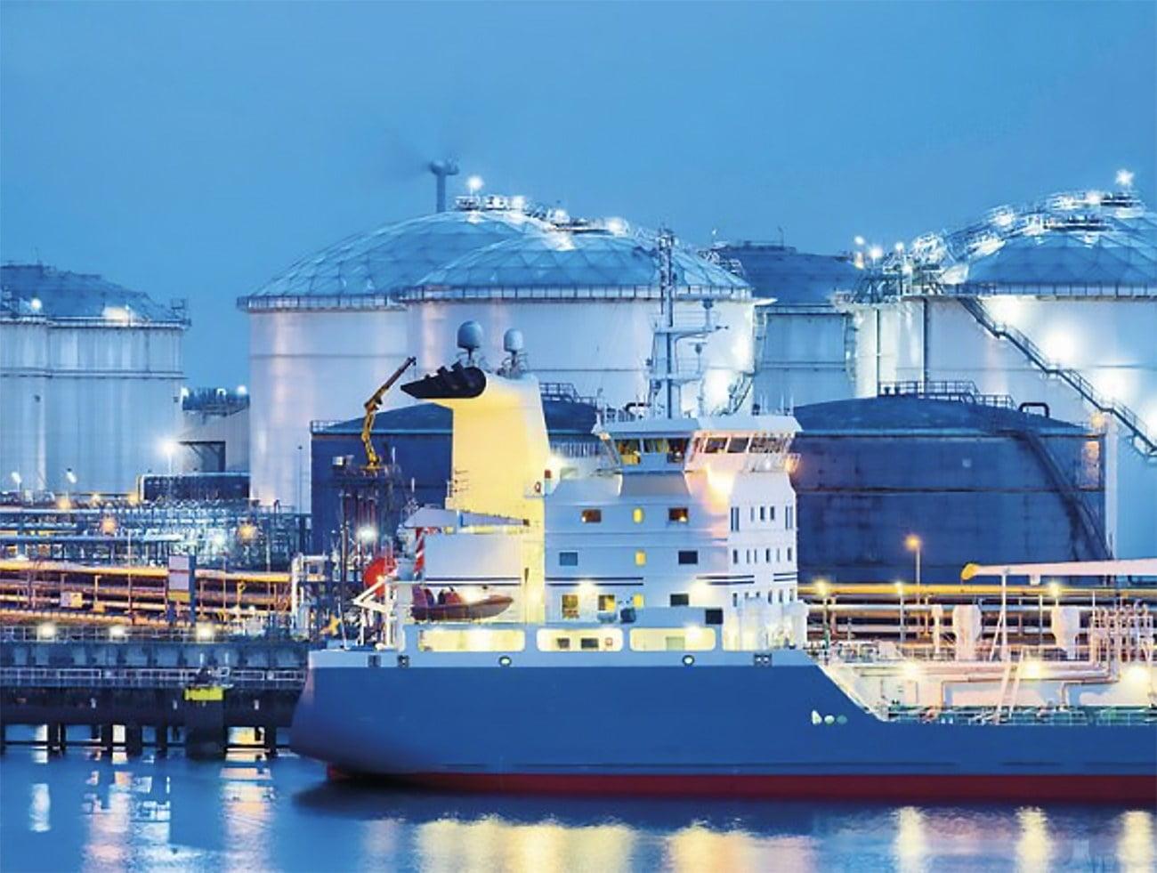 imagem de navio no porto