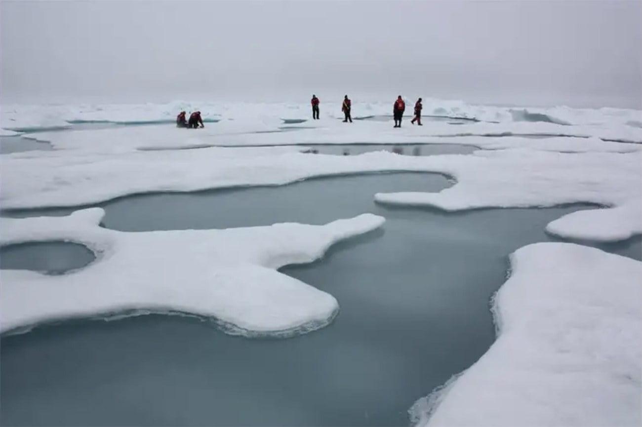 imagem de cientistas no mar Ártico