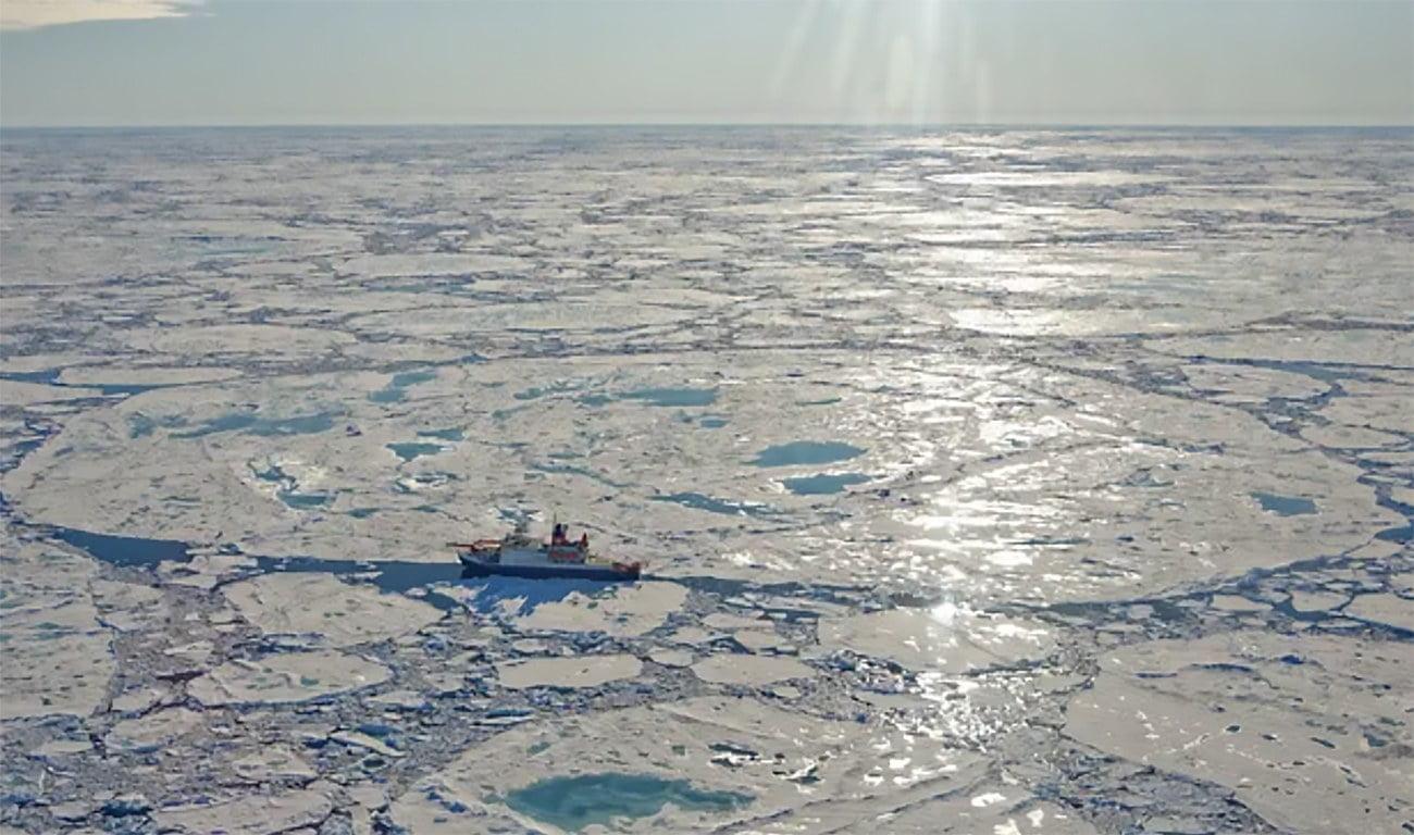 imagem de navio de pesquisas no Ártico