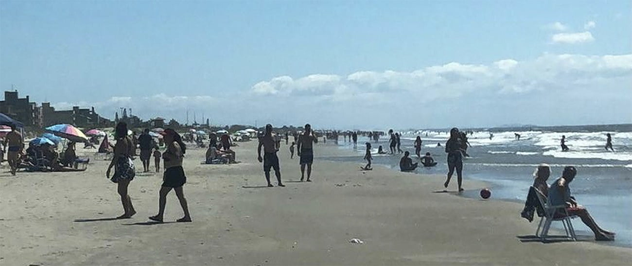 imagem de praia e aglomeração humana