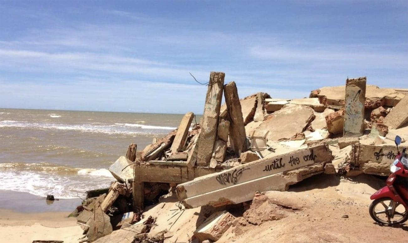 imagem do que restou de uma casa em Atafona