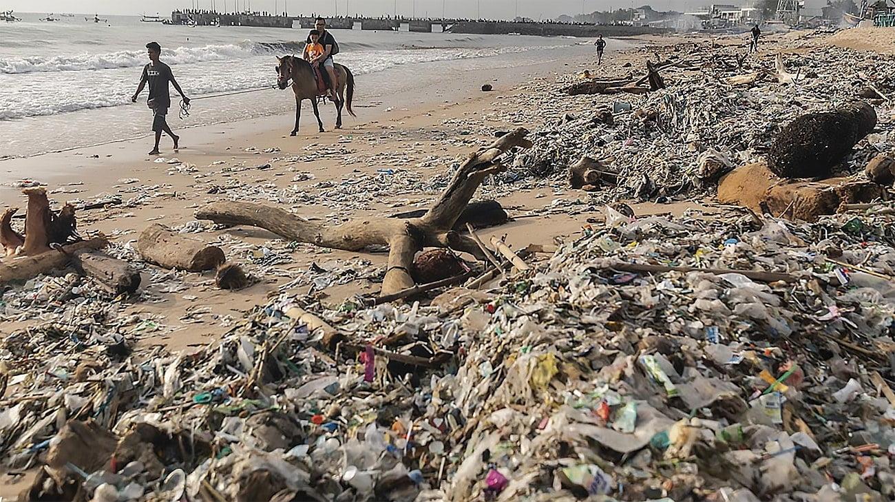imagem de praia cheia de plástico em Bali, Indonésia