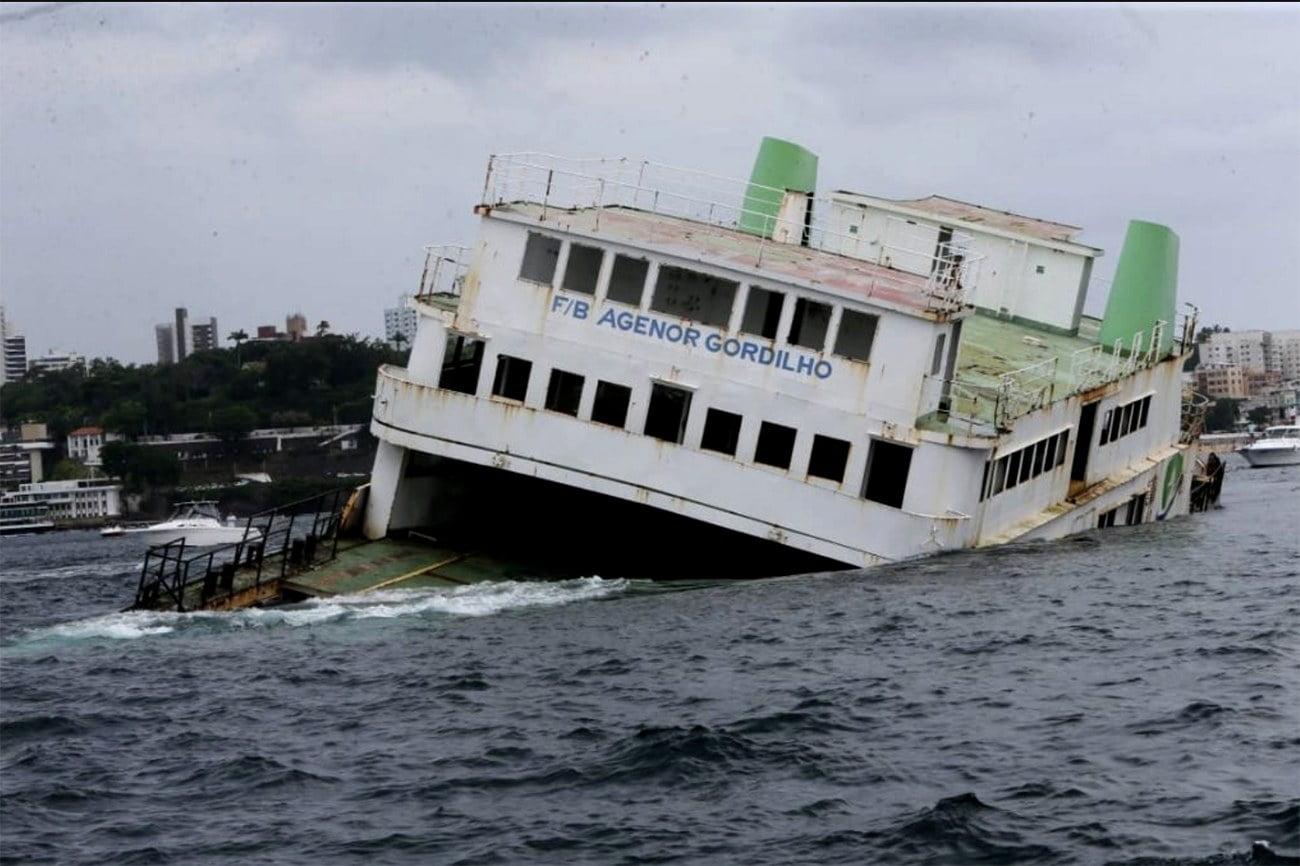 imagem do ferry boat Agenor Gordilho sendo afundado na baía de Todos os Santos