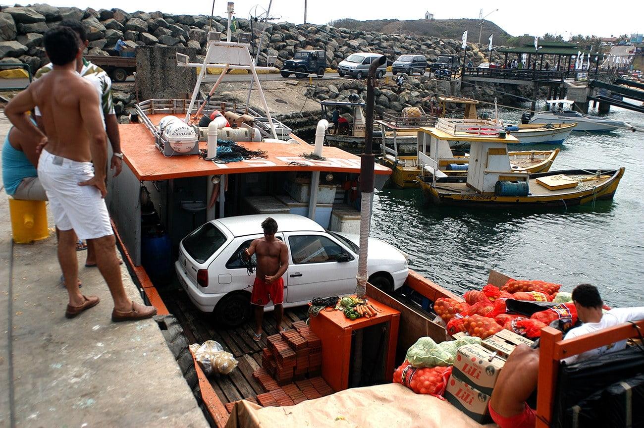 imagem de carros chegando em barcos em Fernando de Noronha
